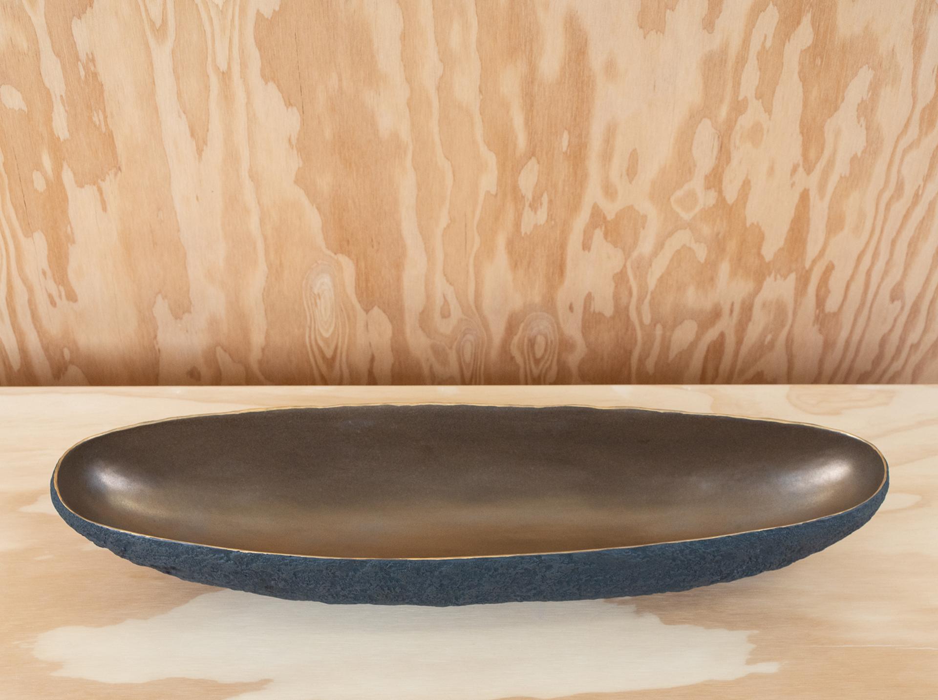 Long centerpiece with bronze  by Cristina Salusti
