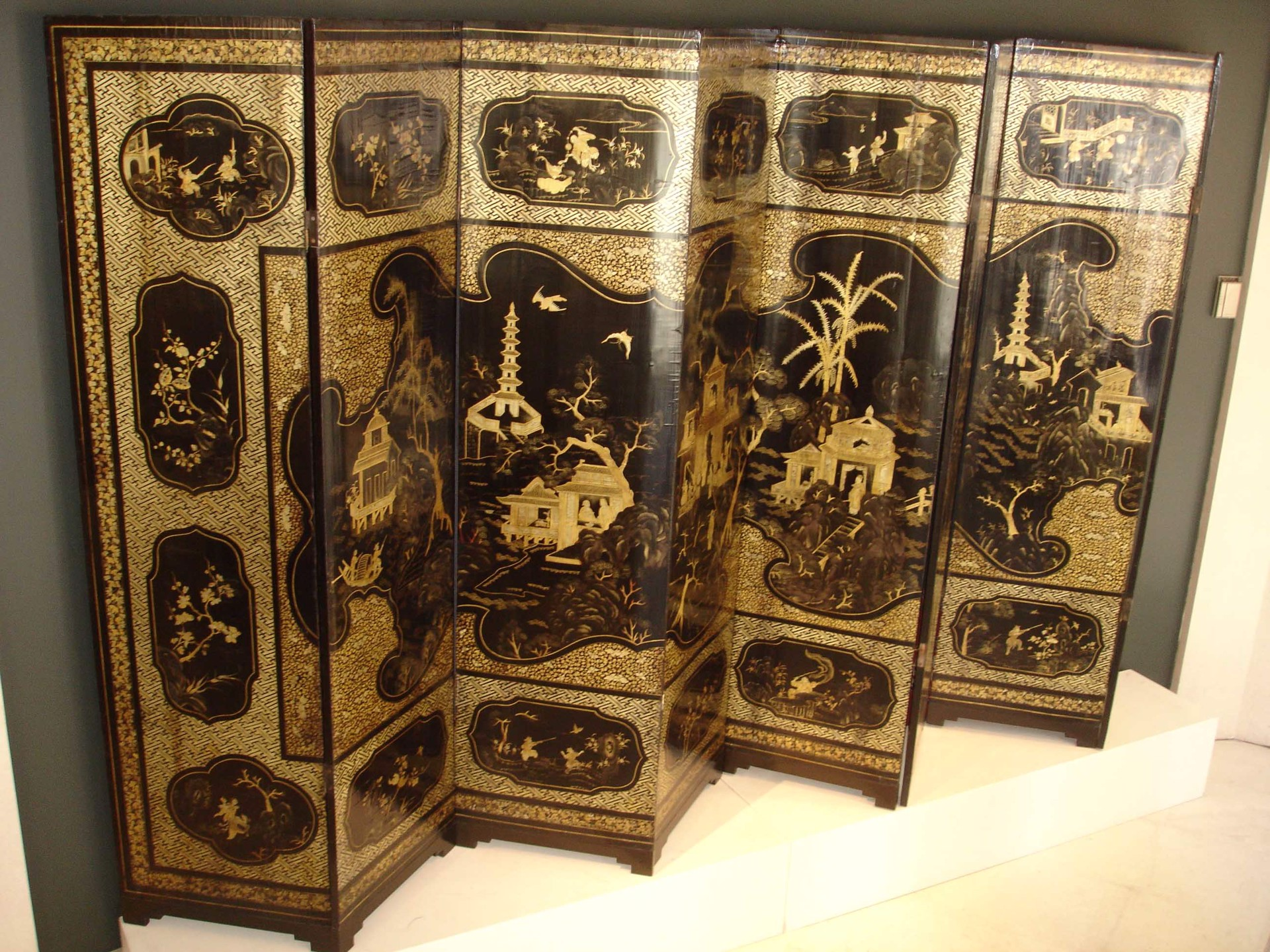 EIGHT PANEL BLACK LACQUER AND GILT SCREEN