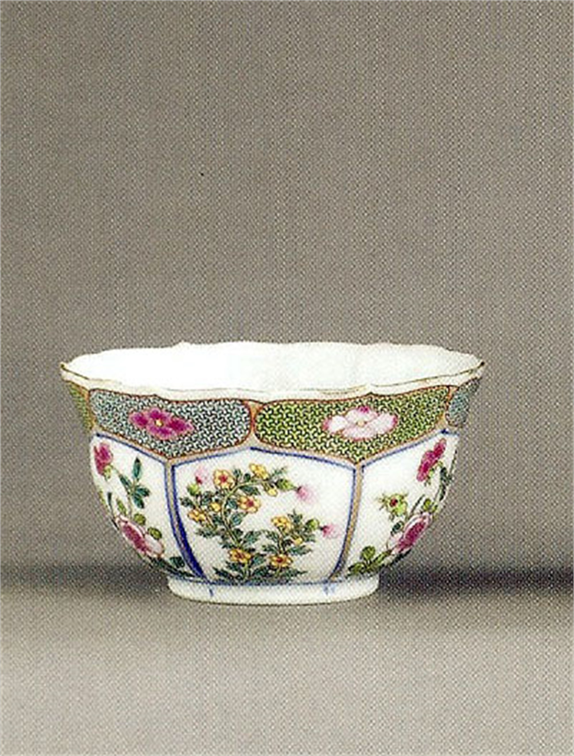 CHINESE EXPORT TEABOWL WITH FLOWERS AND BLUE DIAPER BORDER