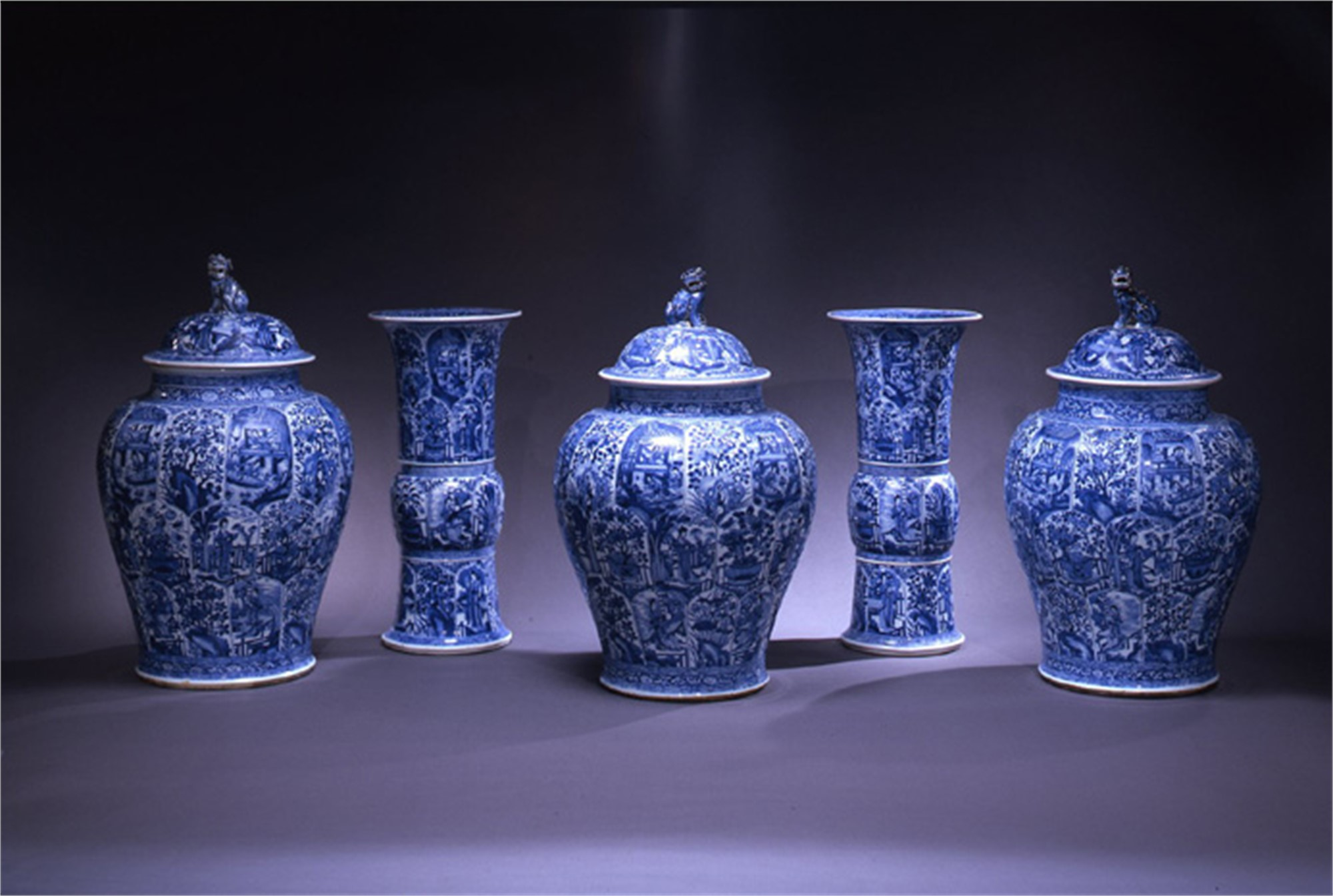 LARGE CHINESE EXPORT PORCELAIN BLUE AND WHITE GARNITURE