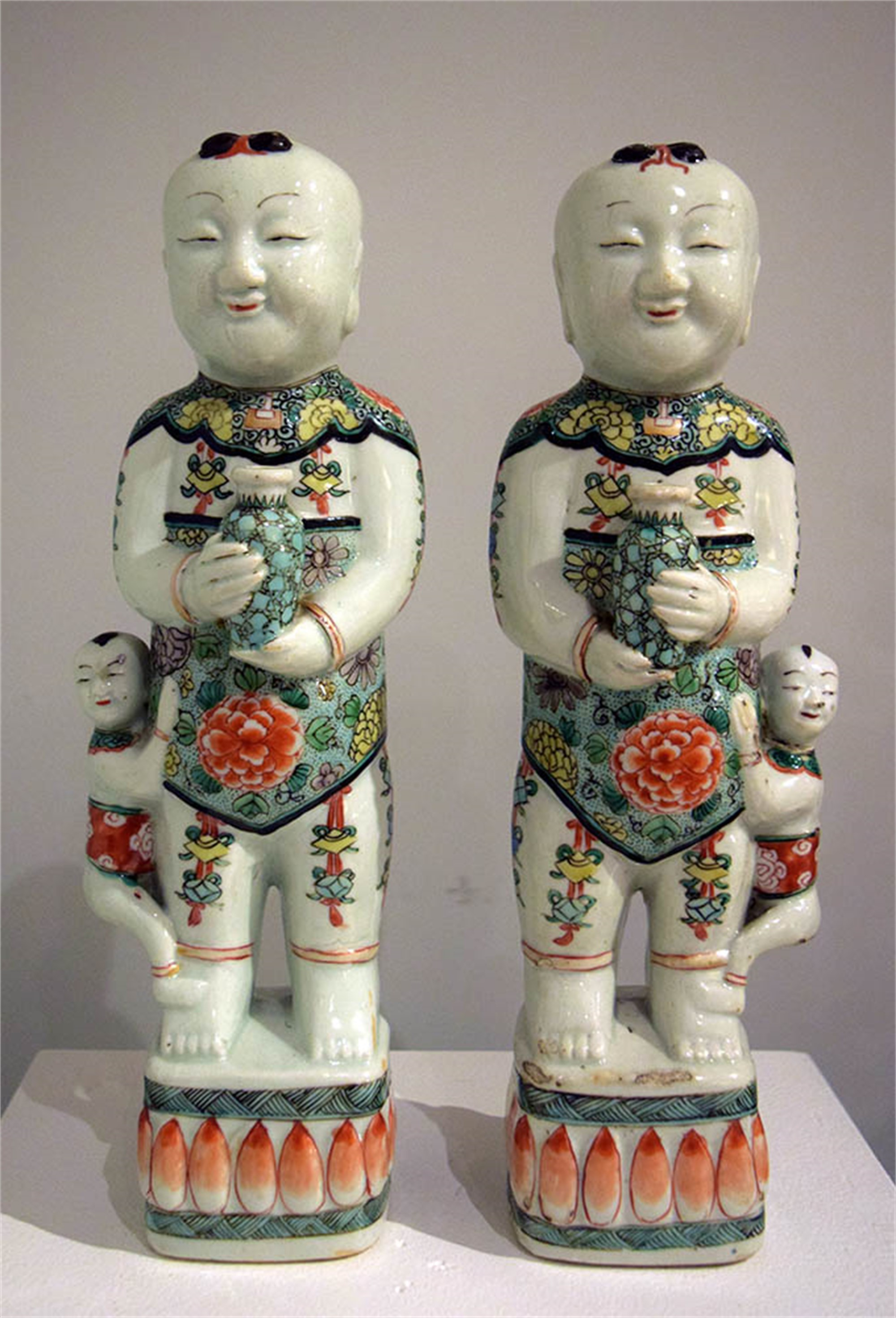 PAIR OF FAMILLE VERTE HOHO FIGURES
