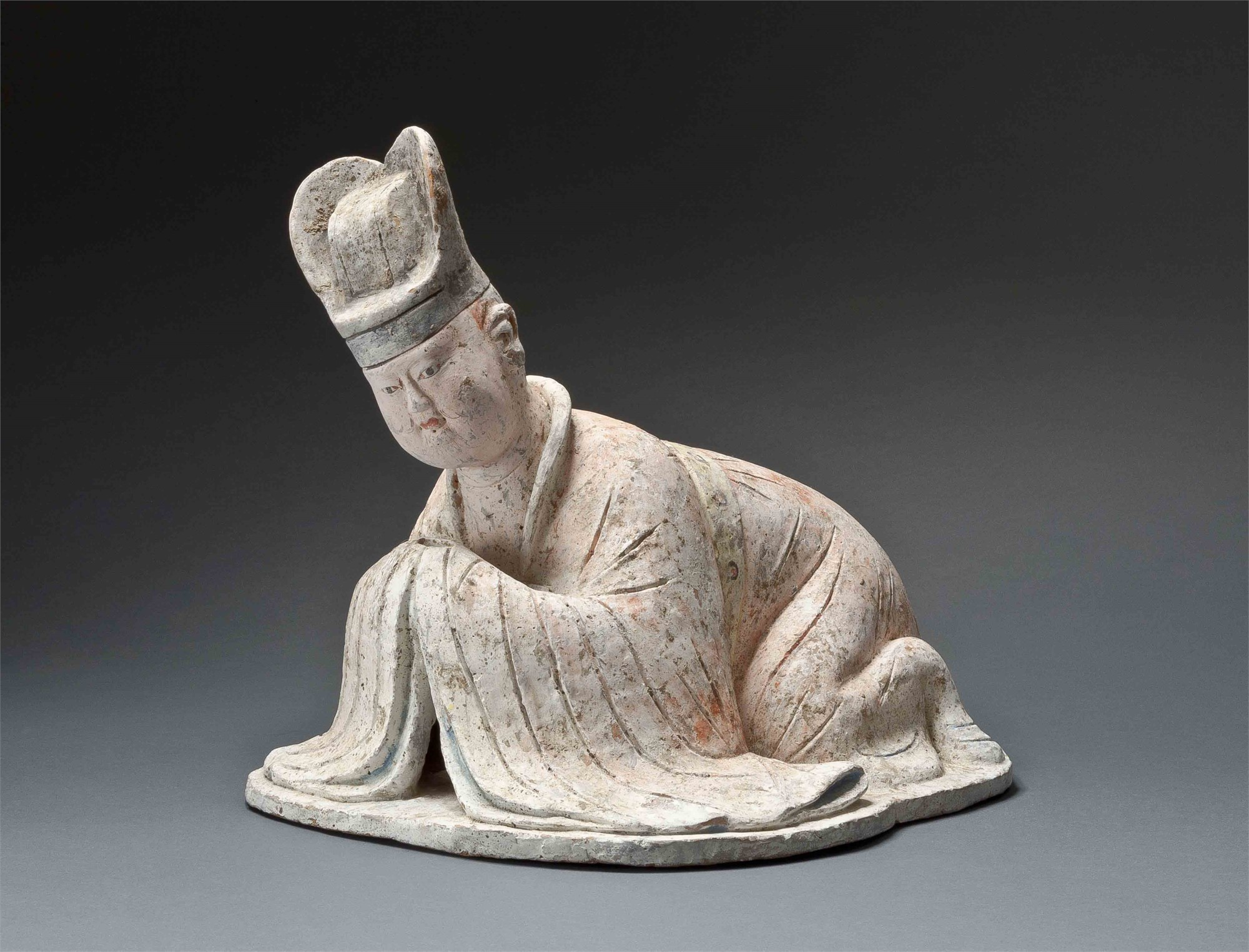 PAINTED POTTERY FIGURE OF A KOWTOWING COURTIER