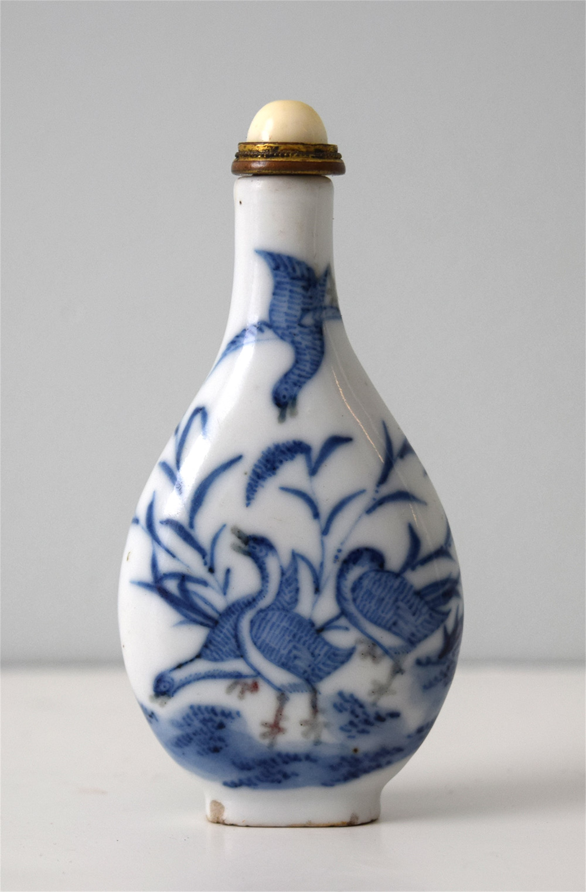 BLUE AND WHITE PORCELAIN SNUFF BOTTLE WITH GEESE