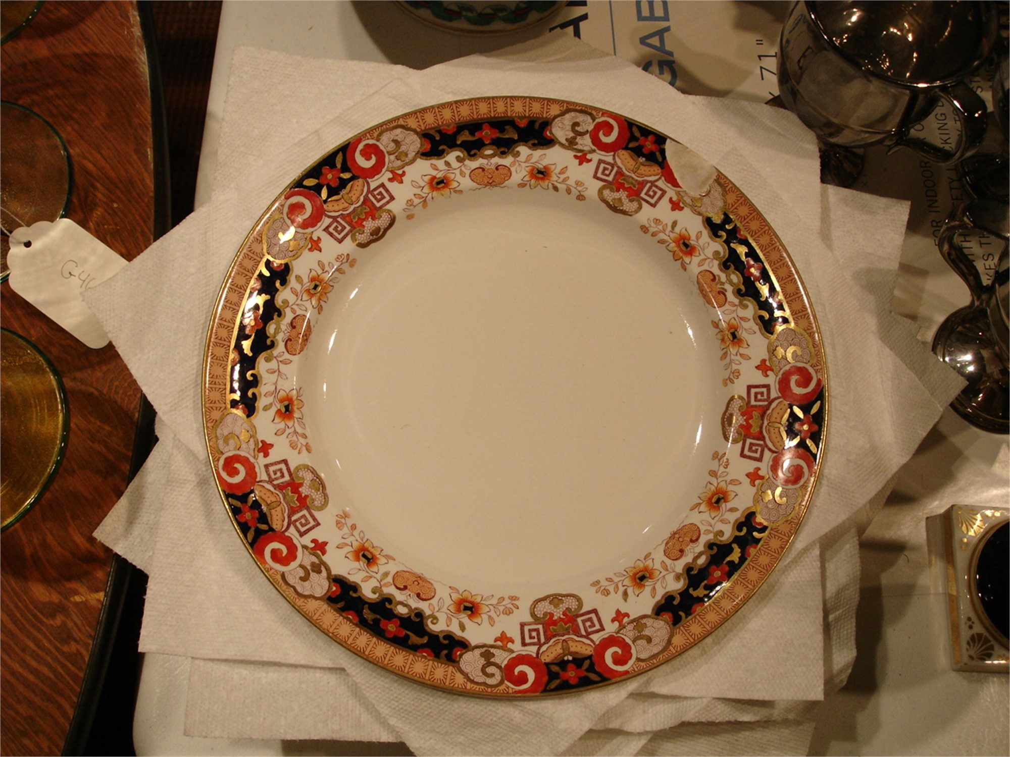 EIGHT ENGLISH IMARI RIMMED DINNER PLATES