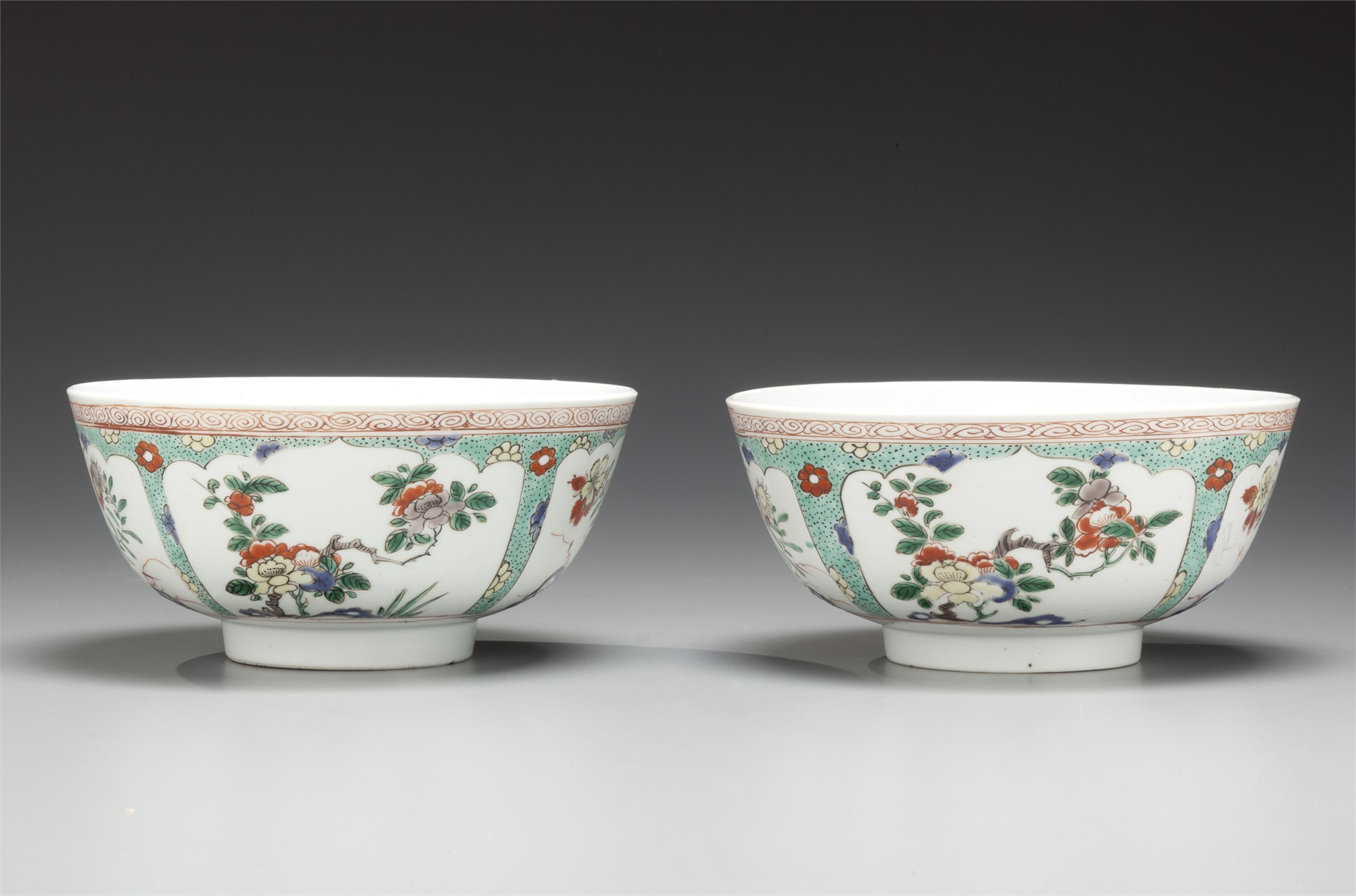 PAIR OF FAMILLE VERTE ENAMELED PORCELAIN BOWLS WITH FLORAL RESERVES