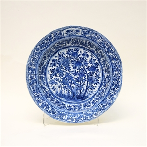 SINGLE BLUE AND WHITE CHARGER WITH FLORAL DECORATIONS, Chinese, Kangxi Period (1662-1722)
