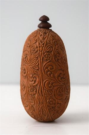 FLOWER SCROLL DESIGN SANDLEWOOD SNUFF BOTTLE, 1800-1880
