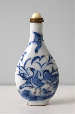 BLUE AND WHITE PORCELAIN SNUFF BOTTLE WITH GEESE, 19th century