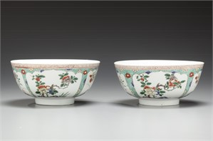 PAIR OF FAMILLE VERTE ENAMELED PORCELAIN BOWLS WITH FLORAL RESERVES, Kangxi Period (1662-1722)