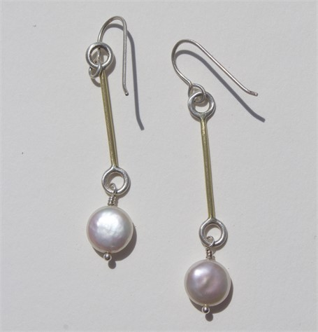 Earrings: 18kt gold and pearl