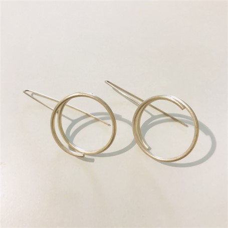 Earring: Continuous Line Circle in Silver