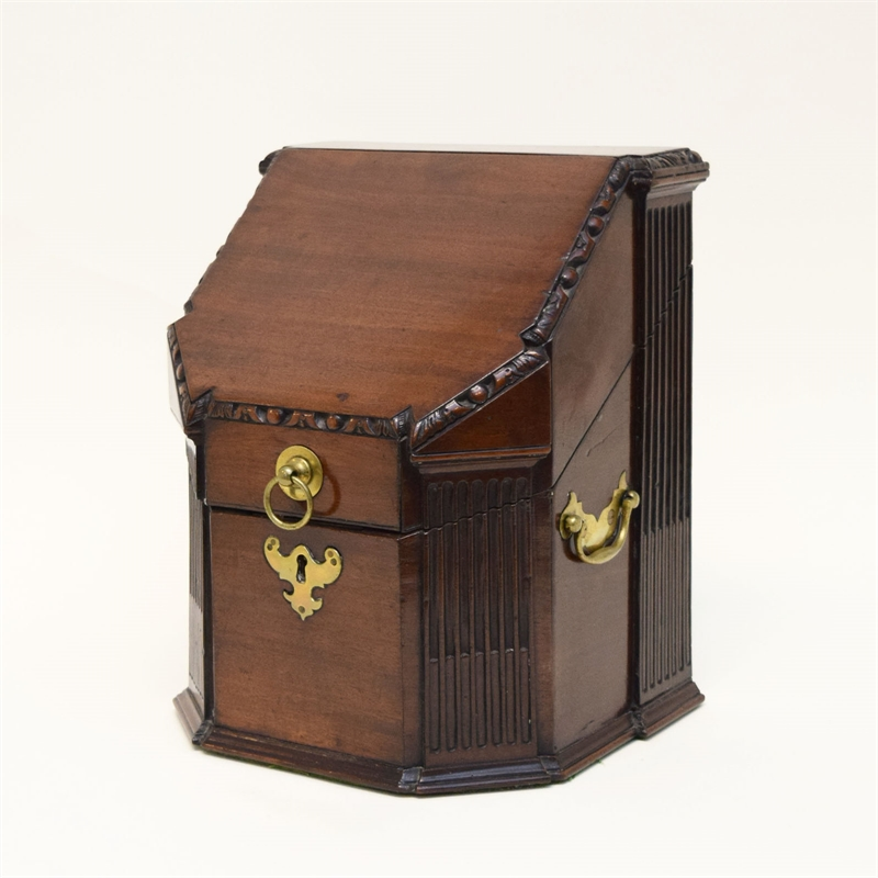 GEORGE III MAHOGANY KNIFE BOX, English, 18th century