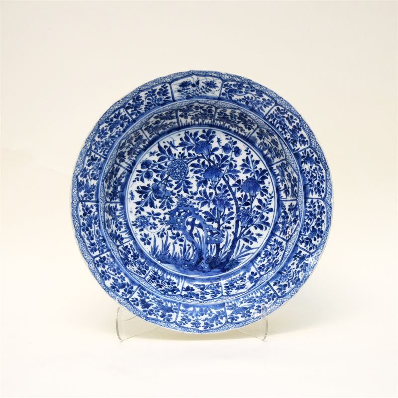 SINGLE BLUE AND WHITE CHARGER WITH FLORAL DECORATIONS