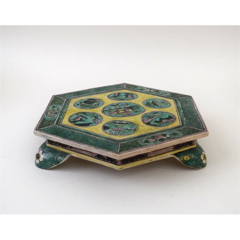 FAMILLE VERTE HEXAGONAL STAND ON FEET AND SYMBOLS  , Kangxi Period (1662-1722)