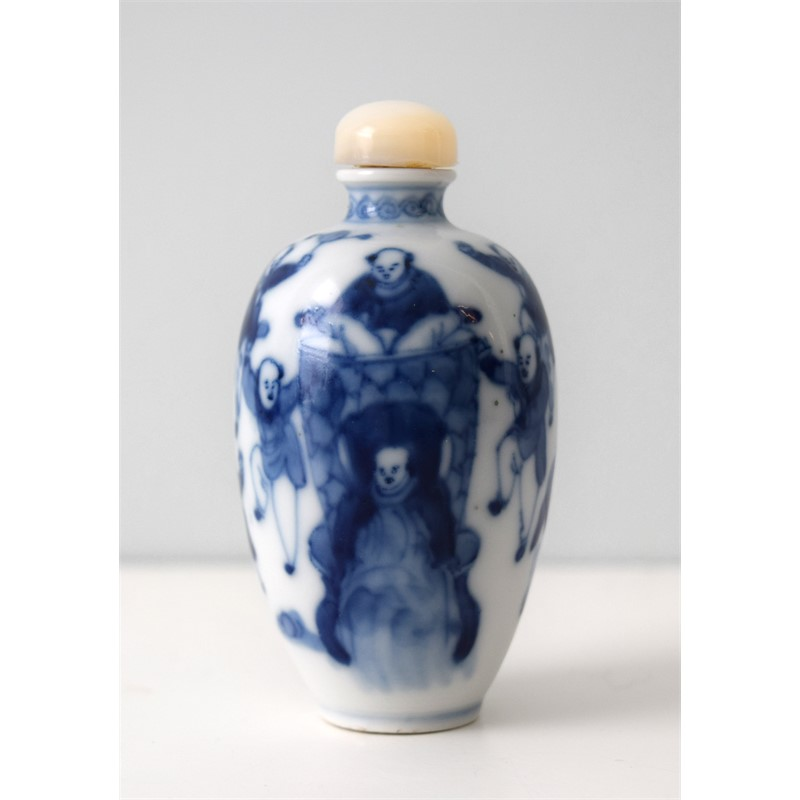 BLUE AND WHITE PORCELAIN SNUFF BOTTLE WITH DANCING FIGURES, 19th century