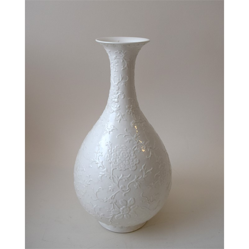 WHITE BOTTLE VASE INCISED WITH FLOWERS, Chinese, 19th century