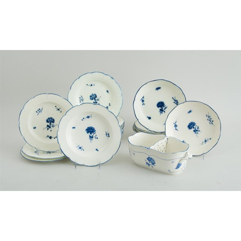 SET OF TEN CHANTILLY PORCELAIN PALTES, FIVE BOWLS, A SOUP PLATE AND TOW-PART JARDINIERE